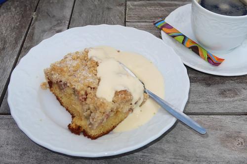 Rhabarberkuchen vom Blech mit Vanillesoße zum Kaffee