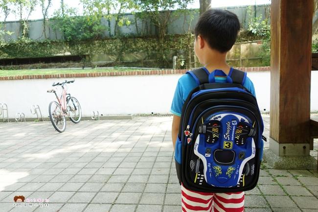 《小學生書包》UT mall 兒童書包~千元以下平價減壓書包,除手提、雙肩背外,還可搭配拉桿推車,6輪設計爬樓梯不受限!