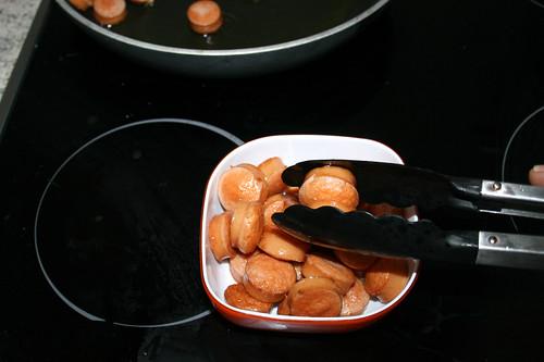 19 - Würstchen aus Pfanne entnehmen / Remove sausages from pan