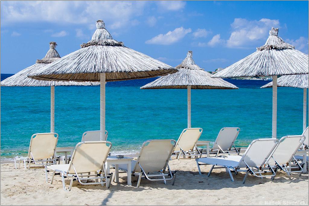 Leżaki na plaży Neos Marmaras