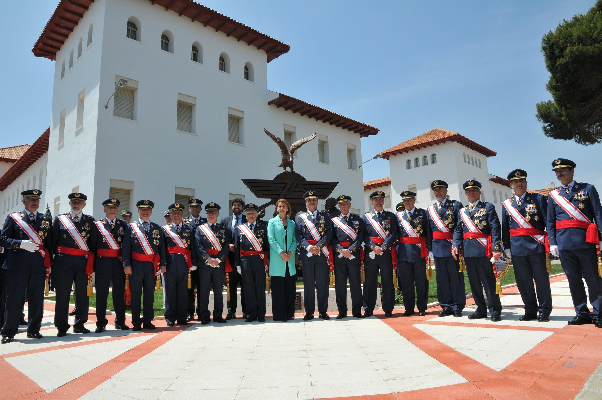 La ministra de Defensa junto a algunos de los más representativos oficiales generales que estuvieron en el acto institucional del 75 Aniversario