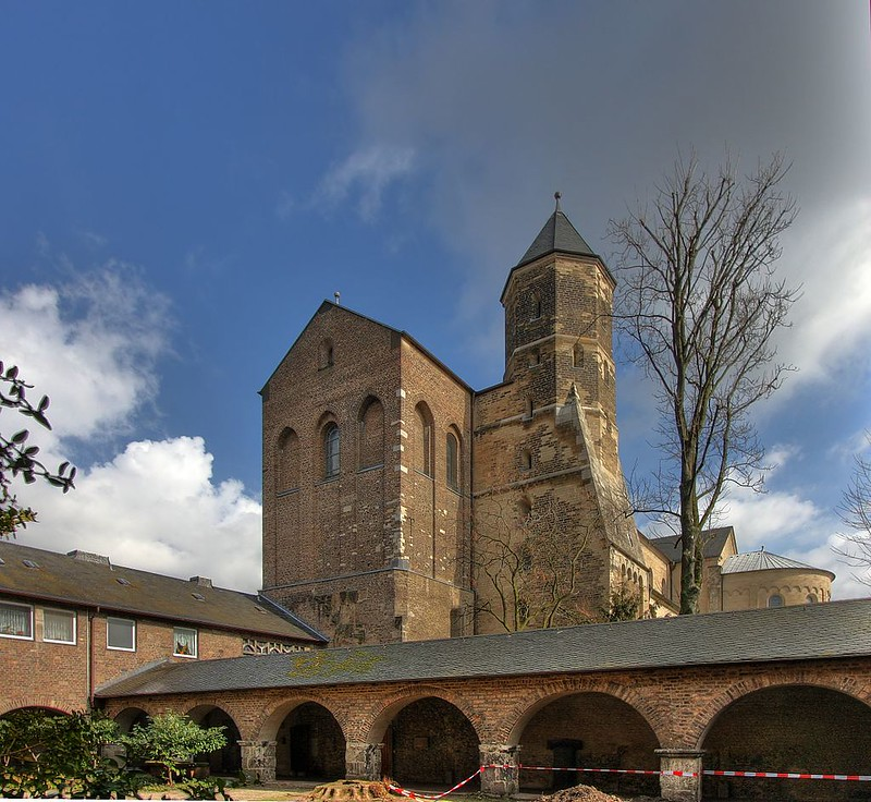 St._Maria_im_Kapitol_-_Westseite_(7995-7)