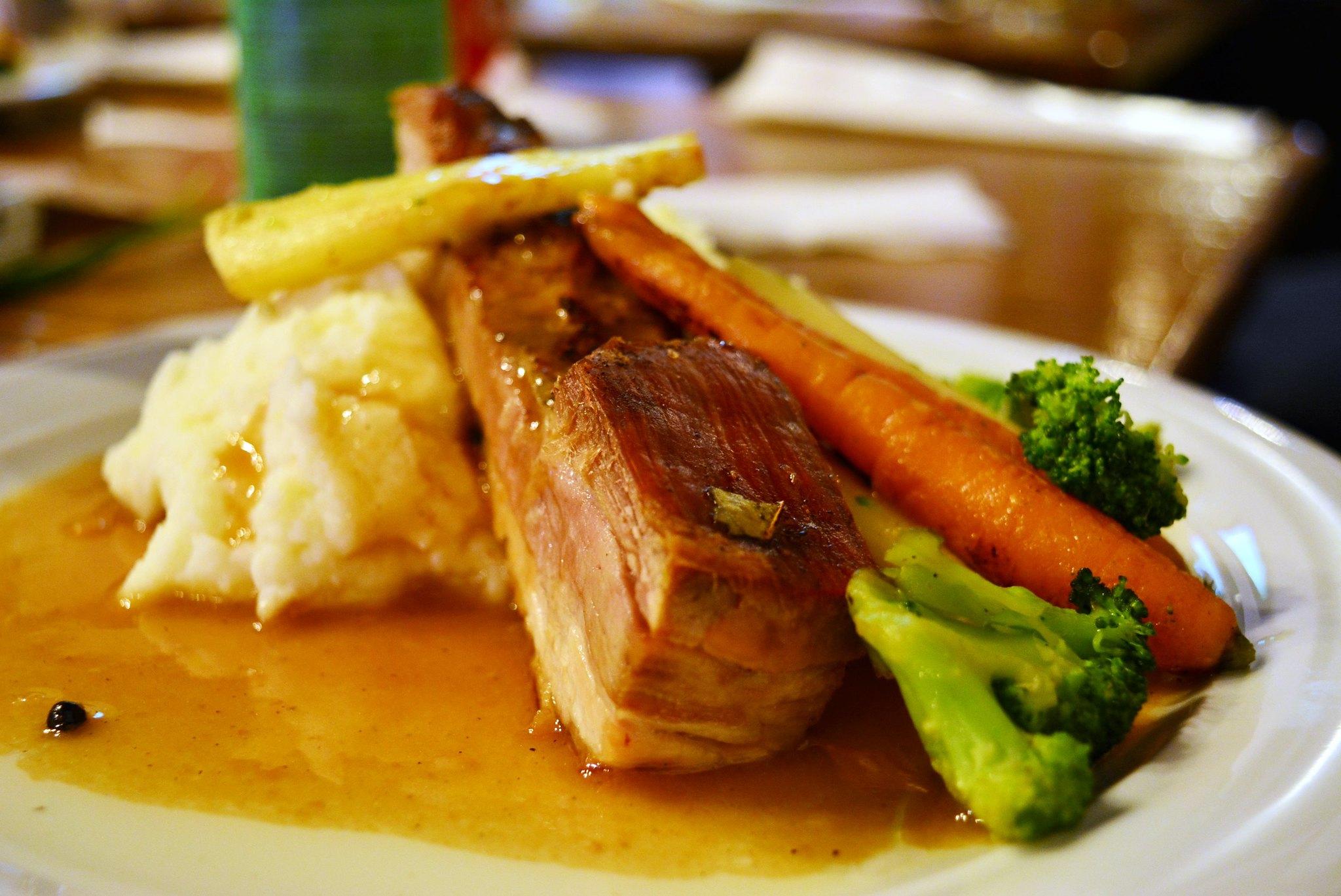Pork belly cu piure de legume și sos brun