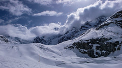 Podejście lodowcem Vadret da Morteratsch do schroniska Chamanna Boval  2495m, po prawej Piz Morteratsch 3751m .