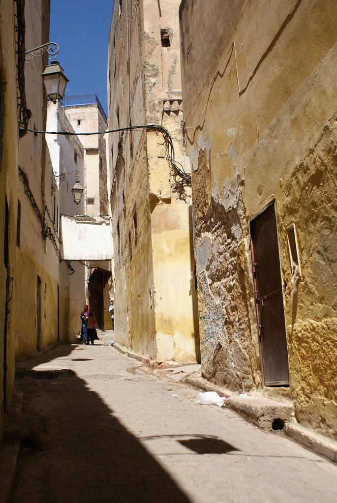 Dans le quartier des menuisiers près de la porte Bab Guissa dans la médina de Fès.