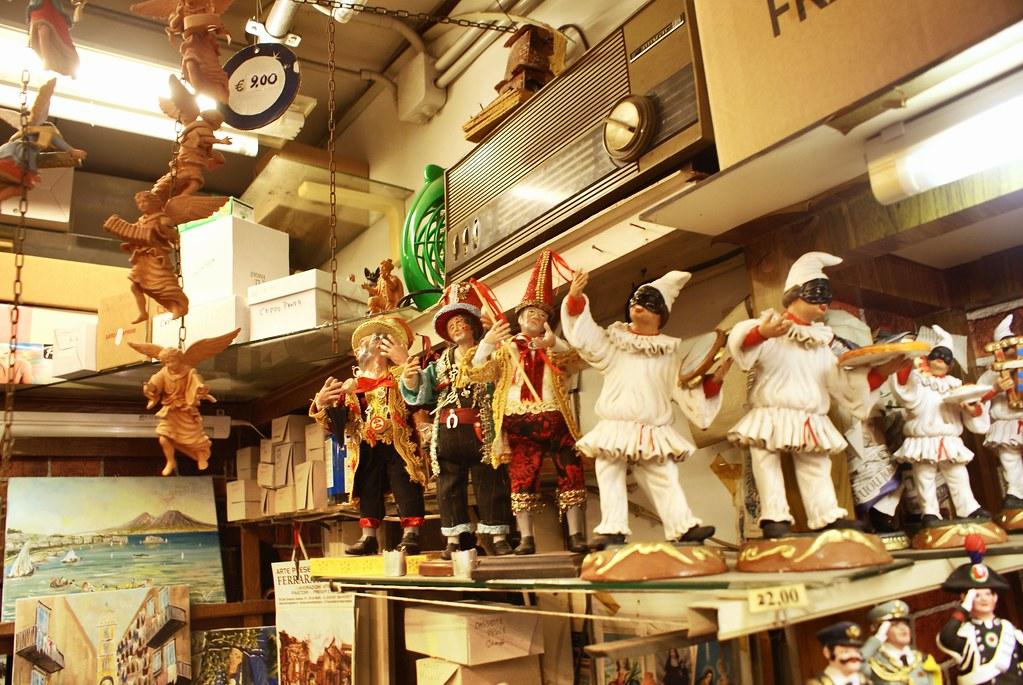 Chez un marchand de figurines de crèches napolitaines à Naples.