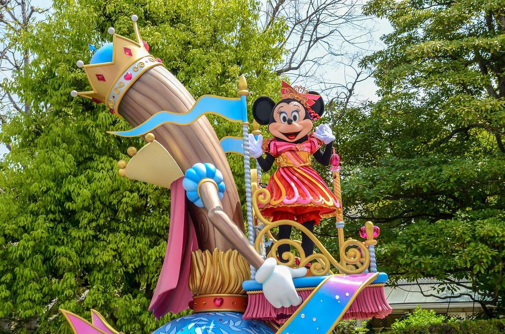 Minnie waving Dreaming Up TDL