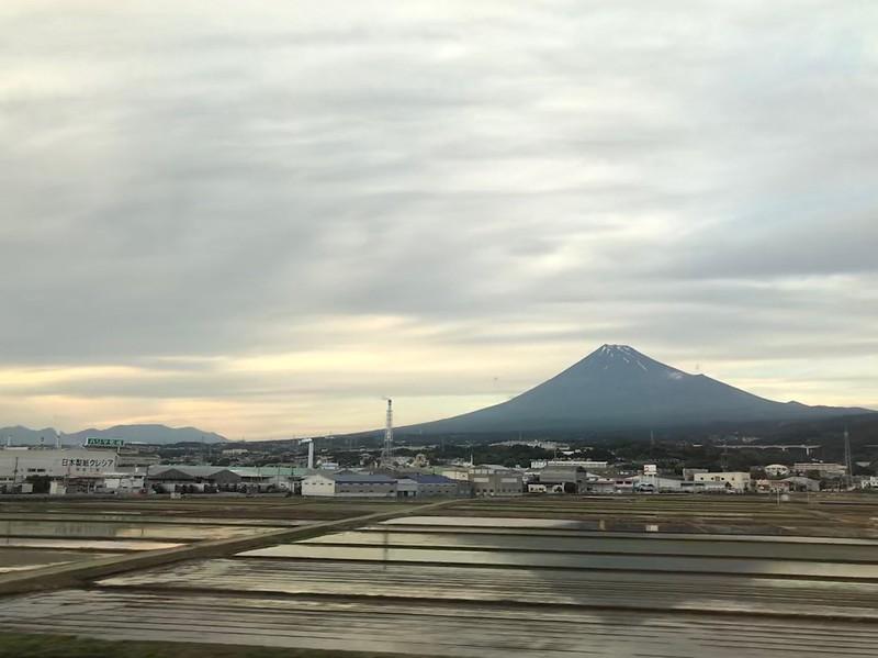 新幹線の車内から 逆さ富士