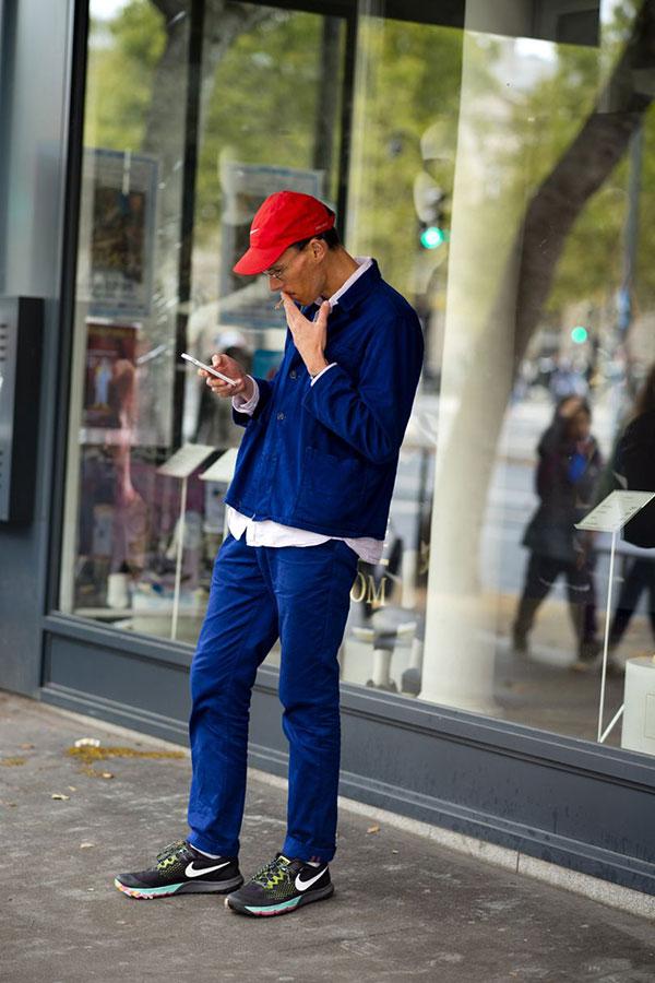 赤キャップ×青ワークジャケット×白シャツ×青パンツ×Nikeスニーカー黒