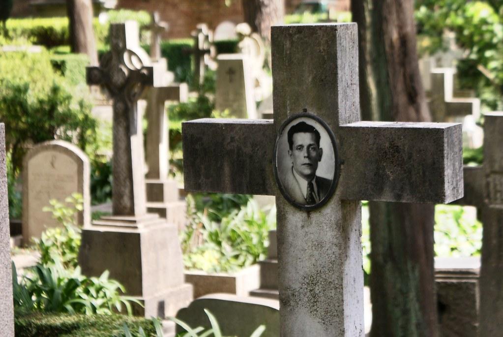Portrait inquiet au cimetière protestant ou non-catholique de Rome.