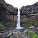 2. Frente a la cascada Skaftafell y sus paredes de piedra basáltica