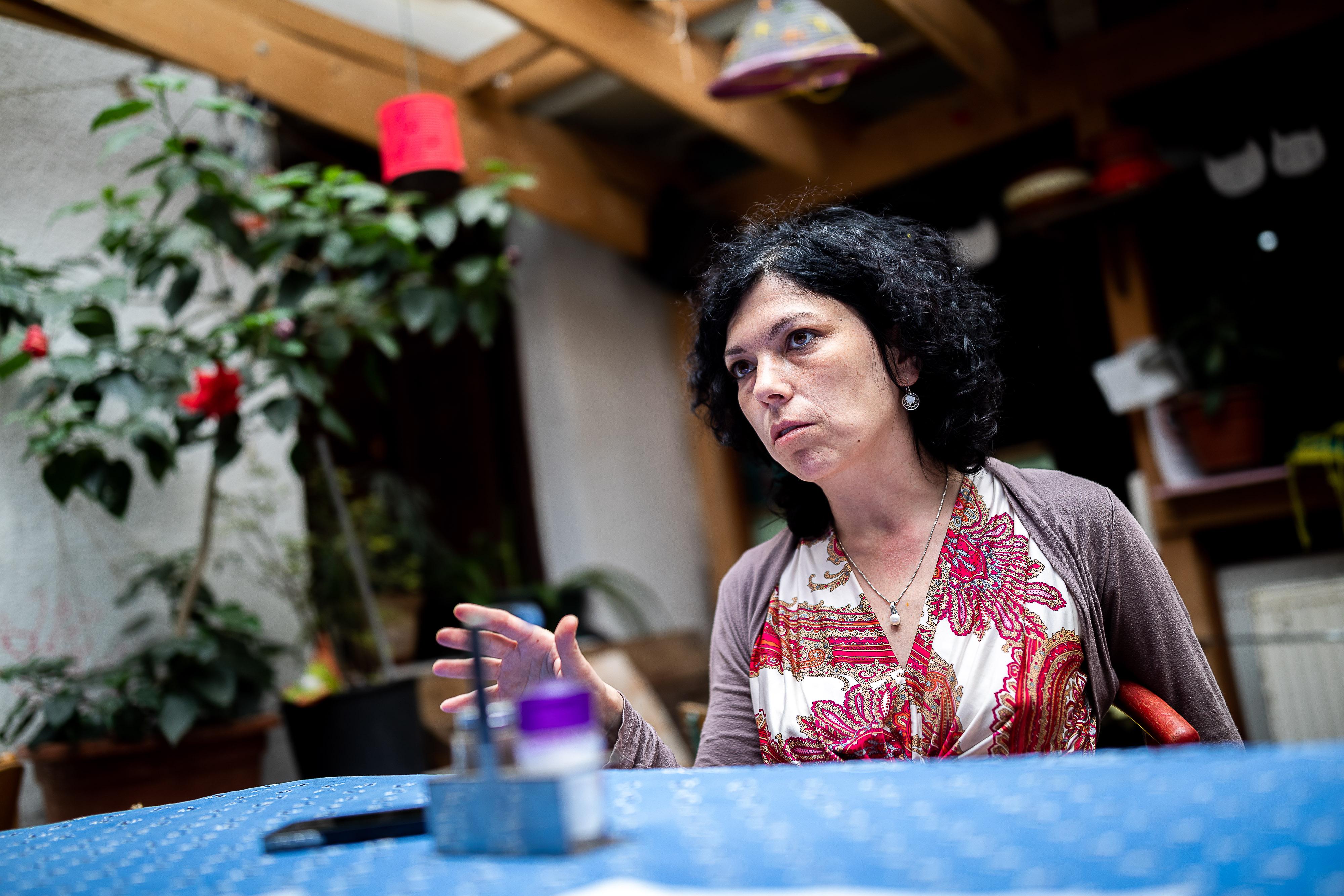 Kovai Cecília 2000-ben, másodéves egyetemistaként kezdett dolgozni abban az 1700 fős faluban, amelyet a könyvében fiktív néven, Gömbaljaként emleget.