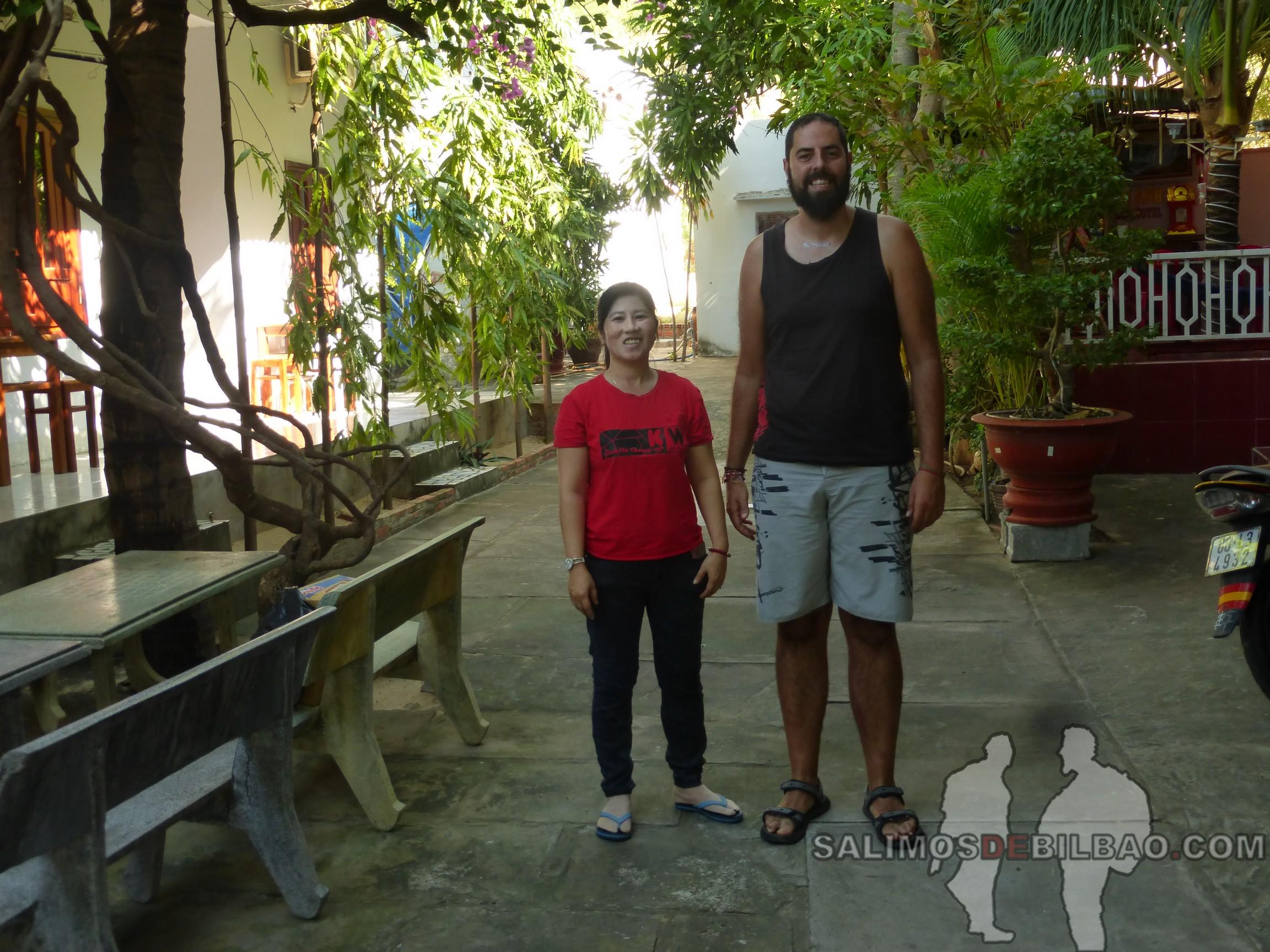 1299. Chica del hotel y Katz, Hotel Minh Anh Garden, Mui Ne