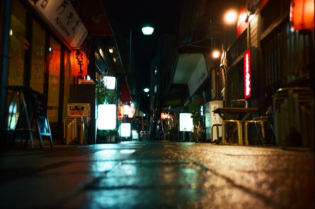 福岡 Fukuoka, Japan / Kodak Pro Ektar / Lomo LC-A+ 福岡有一個地方我住了快三次,他離市區有一段距離遠,但我很喜歡那裡的環境。  我每次都會躲在那裡想事情 ...  雨天、路面、夜晚、濕、燈光、街道   Lomo LC-A+ Kodak Pro Ektar 100 4894-0030 2016-09-29 Photo by Toomore