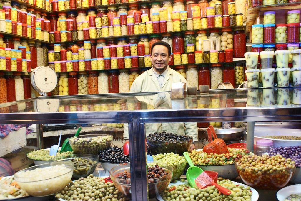 Ambiances multicolores chez le vendeur d'olives et des pots de légumes à Fès.