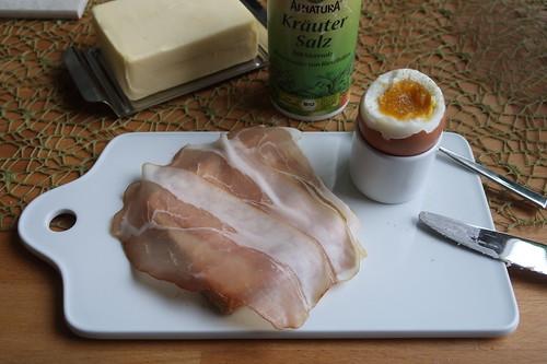 Mildgeräucherter Schinkenspeck auf Toast zum Frühstücksei