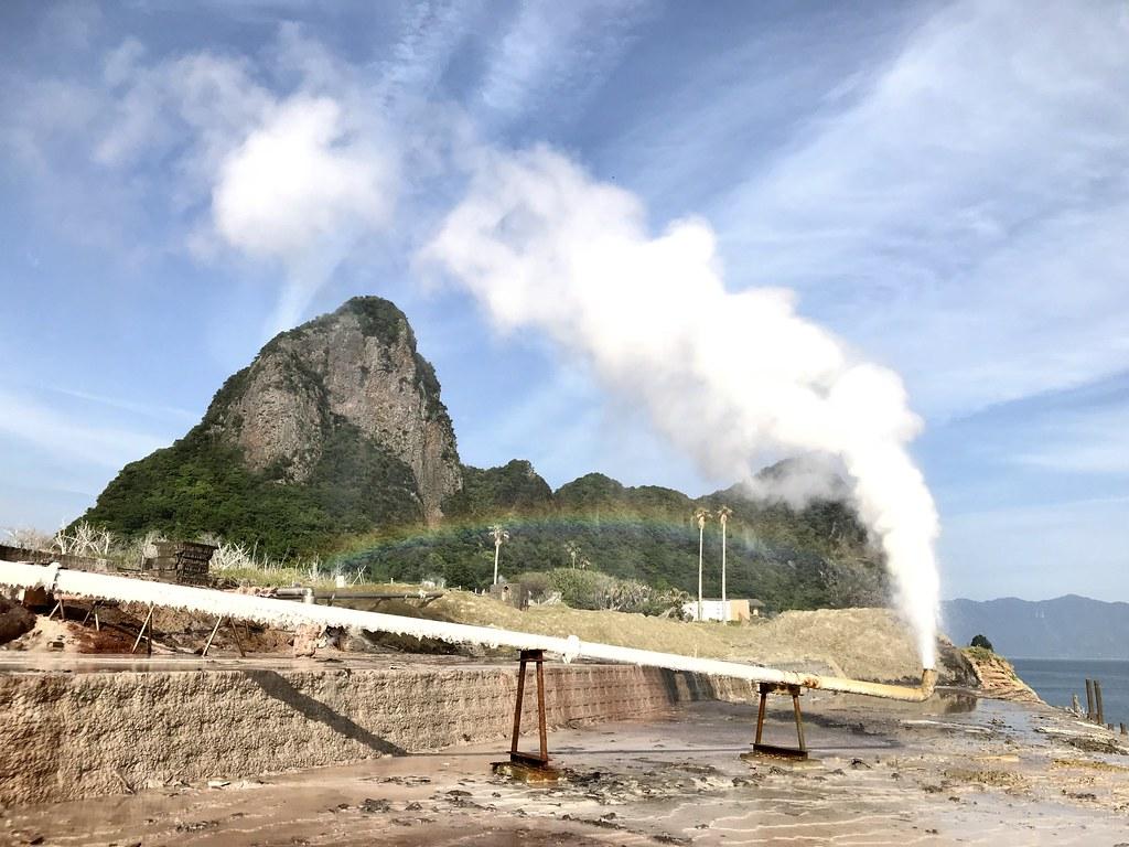 敷地内の山川製塩工場跡と奇岩・竹山