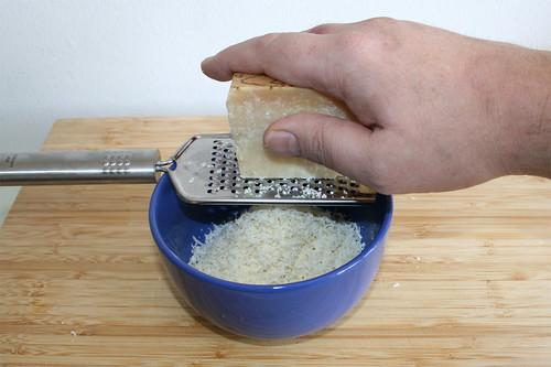 14 - Parmesan reiben / Grate parmesan