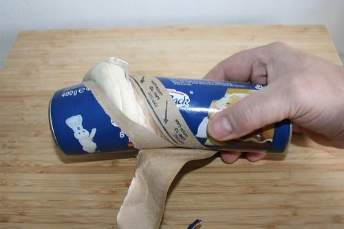 18 - Brötchenteigdose öffnen / Open dough roll