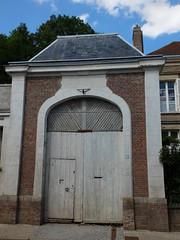 Domart-en-Ponthieu (Porche avec portail en bois)