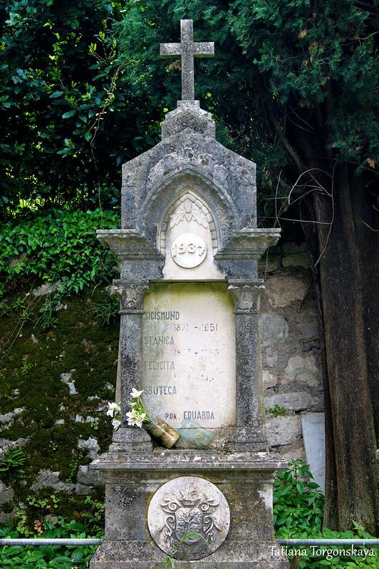 Семейное надгробие