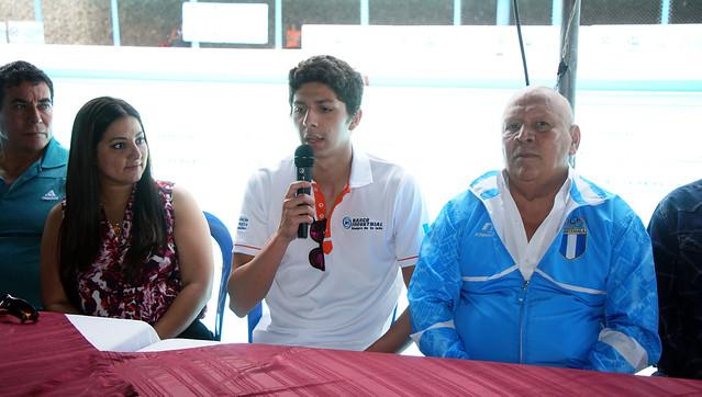 Homenaje y visita del nadador Luis Carlos Martínez