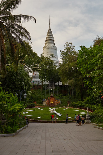 2018 cambodia phnompenh people persons architecture watphnom buddhisttemple kh