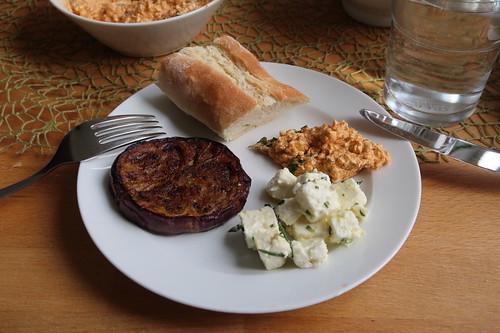 Gebratene Auberginen, Schafskäse mit Rosmarin, Paprikadip und frischgebackenes Olivenölbaguette