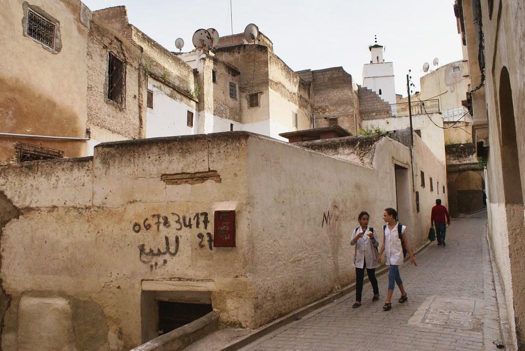 Dans la médina de Fès, descendre la pente = rejoindre le centre. Remonter la pente = gagner l'ouest (Bab Boujoud) ou gagner l'est.