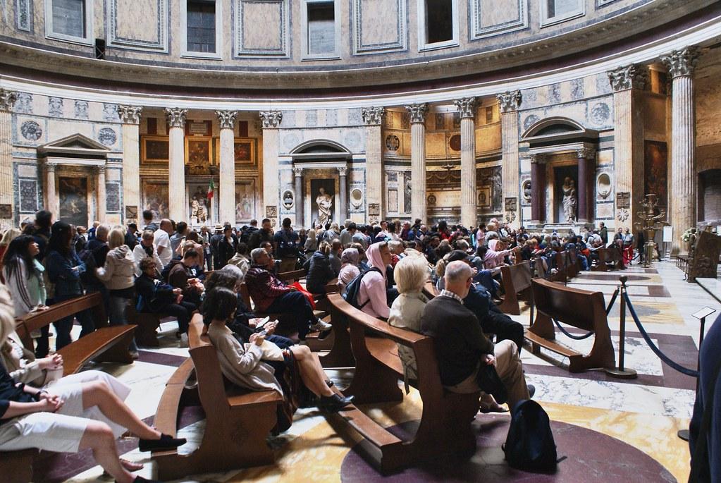 A l'intérieur du Panthéon de Rome, entre recueil et visites bruyantes de touristes oubliant qu'il s'agit d'un temple religieux.