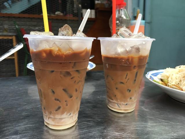 朝の屋台のベトナムアイスコーヒー