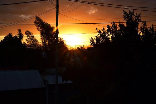 puesta del sol en barrio