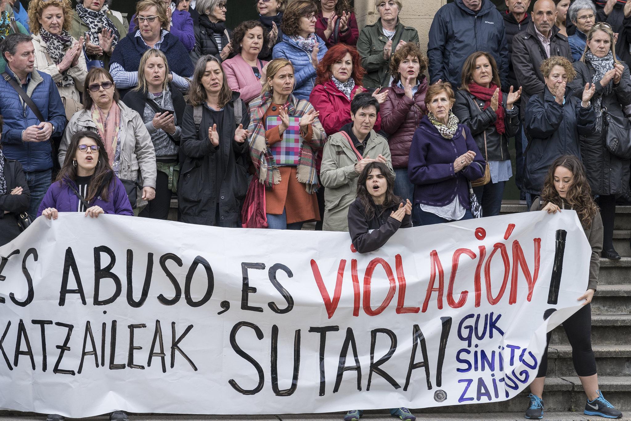 Sanferminetako bortxaketaren epaia salatzeko elkarretaratzeak Uribe Kostan