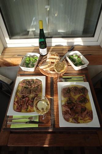 In Salbeibutter gesottenes Rindfleisch mit frischgebackenem Weißbrot und Mozzarella-Tomaten