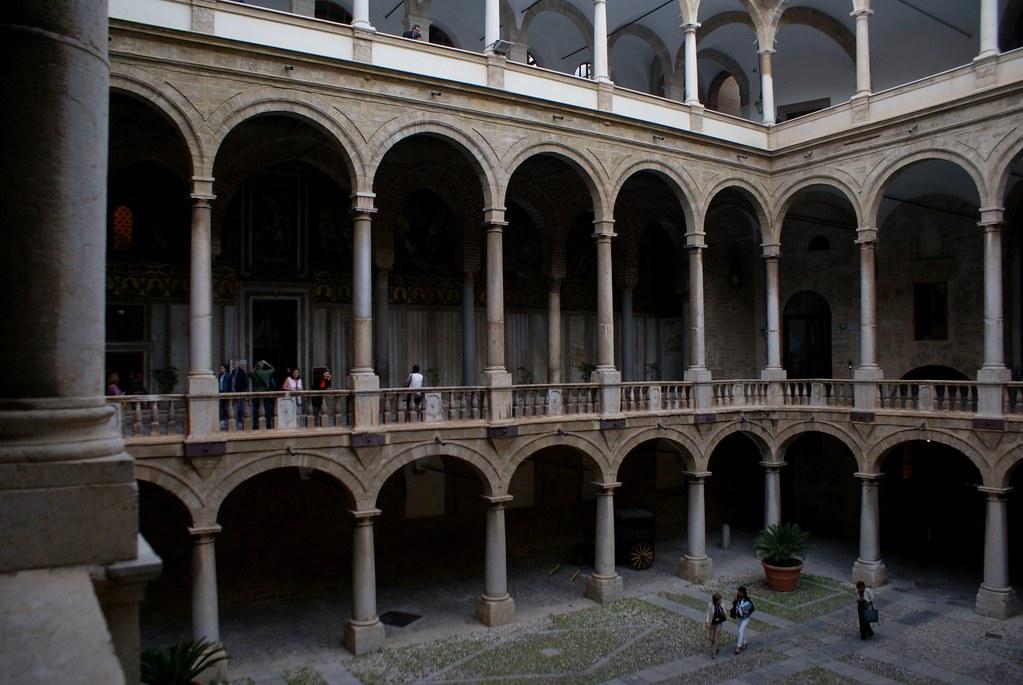 Cour principale du palais des Normands à Palerme.