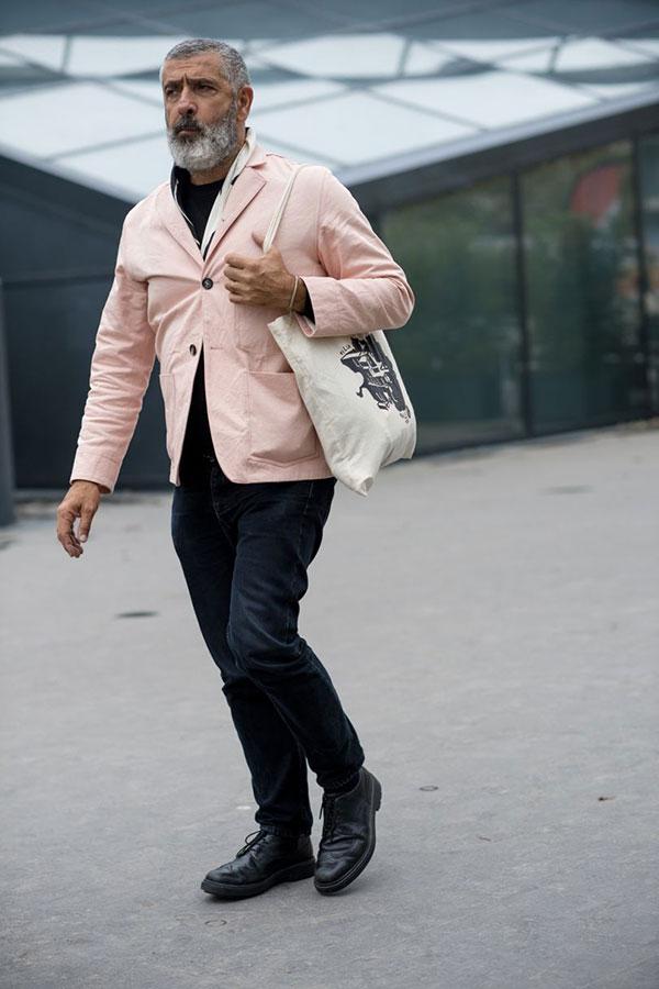 ピンクテーラードジャケット×黒Tシャツ×黒パンツ×黒ダービーシューズ