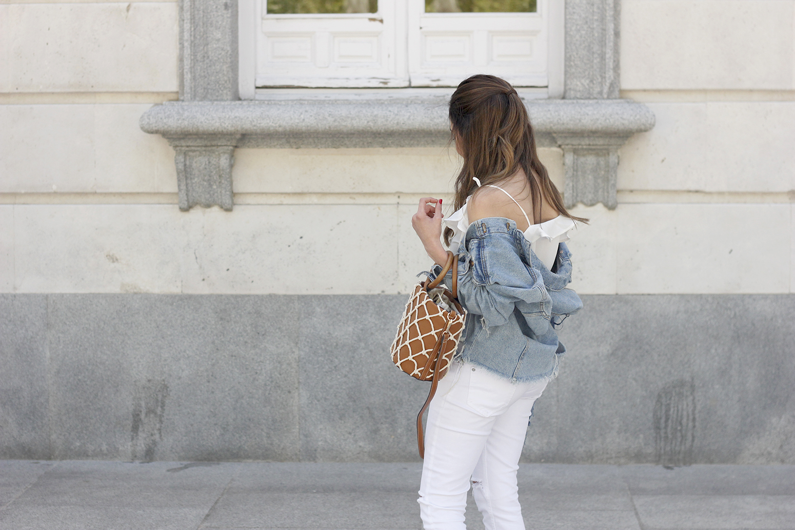 white outfit denim jacket bolso mango spring outfit 201807