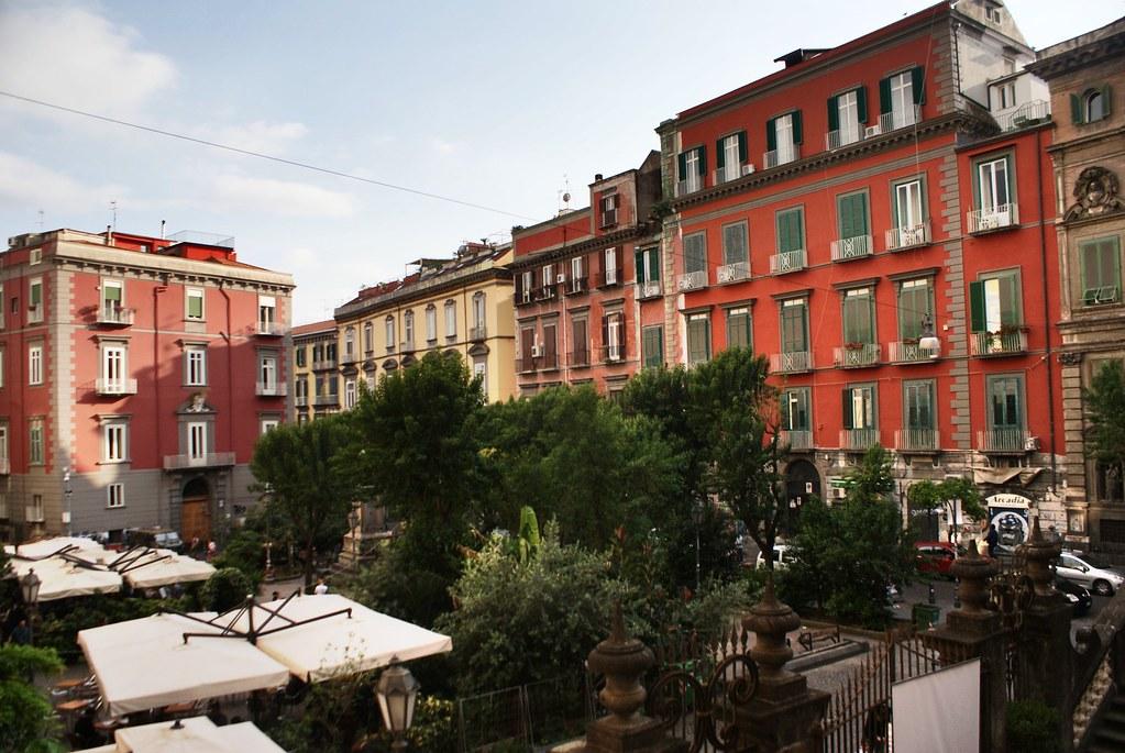 Piazza Bellini, l'une des places les plus vivantes du Vieux Naples.