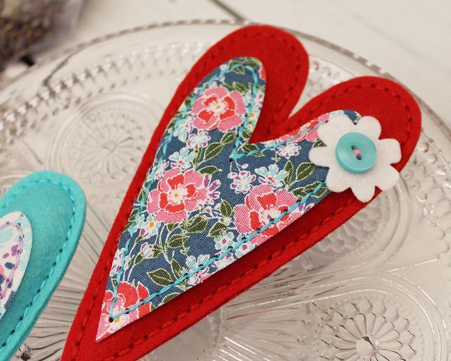 LizzieJones_StitchingAmbassador_StitchedPrimitiveHeart_LavenderSachets_Button&Flower