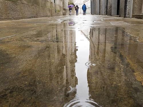 Reflejos sobre las piedras de Compostela. #lluvia #choiva #reflejos #compostela #santiagodecompostela #olympusomd #piedrasdesantiago #pedras #rain #rainreflection
