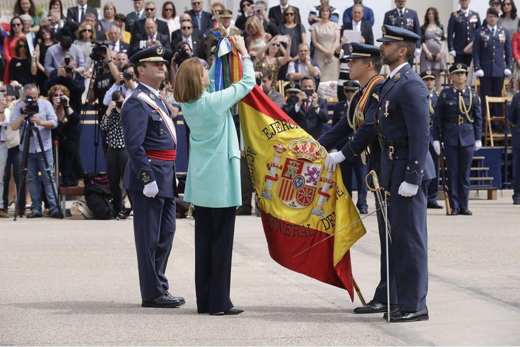 La ministra de Defensa coloca la Corbata de la Orden al Mérito Civil a la bandera de la Academia General del Aire.
