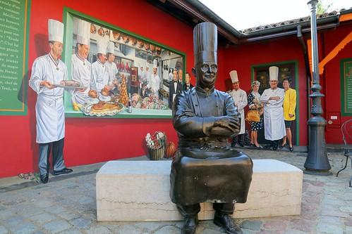 Statue et fresques Paul Bocuse dans le restaurant de Collonges au Mont d'Or