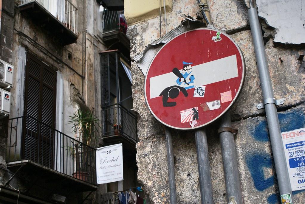 Street art et signalétique à Naples : Rendez-vous avec la commedia dell'arte.