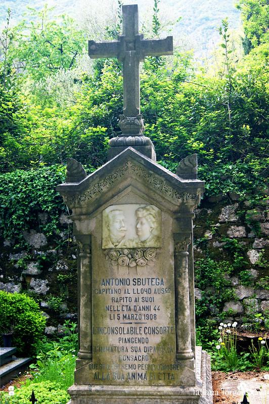 Старое надгробие на кладбище Прчаня