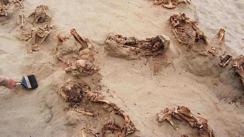 Kuburan massal kuno kurban anak di Peru.