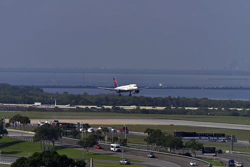 delta air lines boeing 757 b757 threshold tampa international airport tpa runway 1l 1left