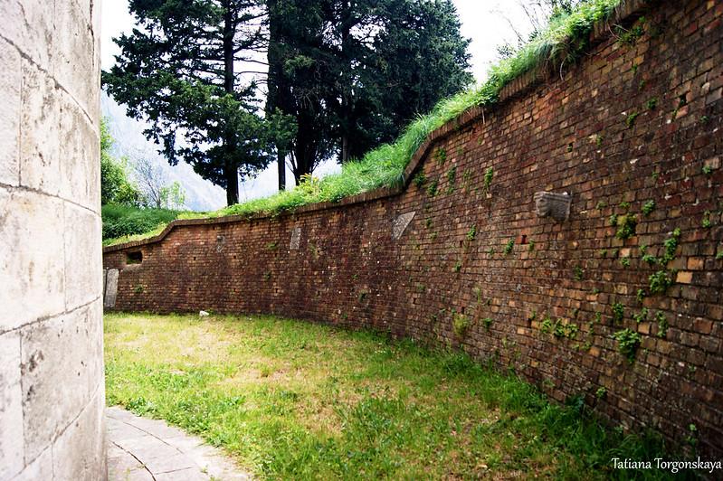Стена за храмом Богоматери