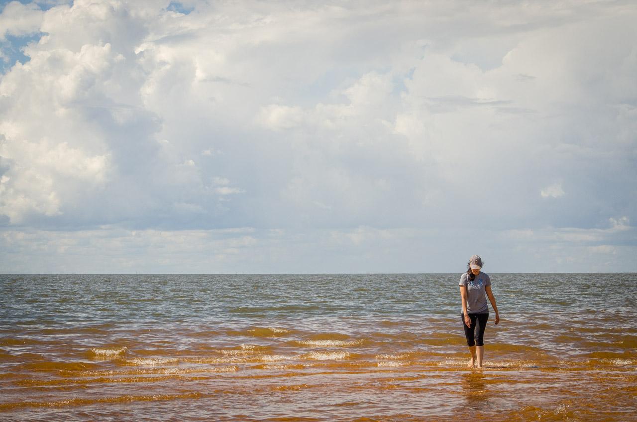 Las arenas de las dunas de San Cosme erocionan poco a poco por el arrastre del río Paraná, lo que permite caminar grandes distancias con las aguas apenas hasta el tobillo. (Elton Núñez).