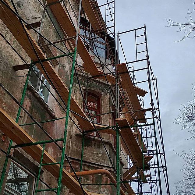 Ещё один дом по соседству поставили на ремонт. Я вот каждый раз прохожу мимо этой шаткой конструкции, и думаю - я бы туда если бы даже и залез, то вцепился бы мёртвой хваткой в перекладину и всё на этом. А они там ходят. Мало того - работают!