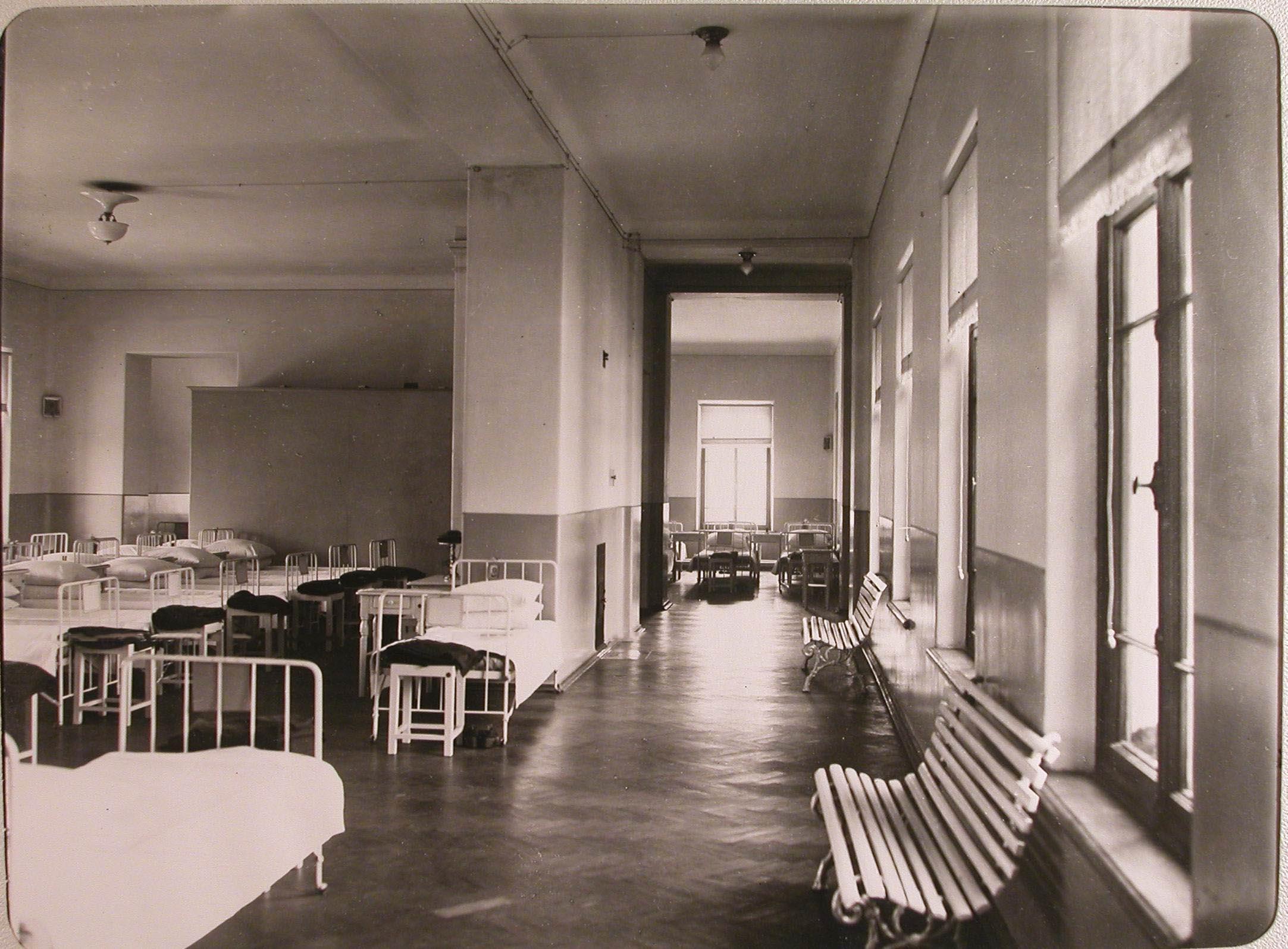 11. Вид части коридора верхнего этажа женского училища имени императрицы Марии Александровны, в котором устроен лазарет для раненых